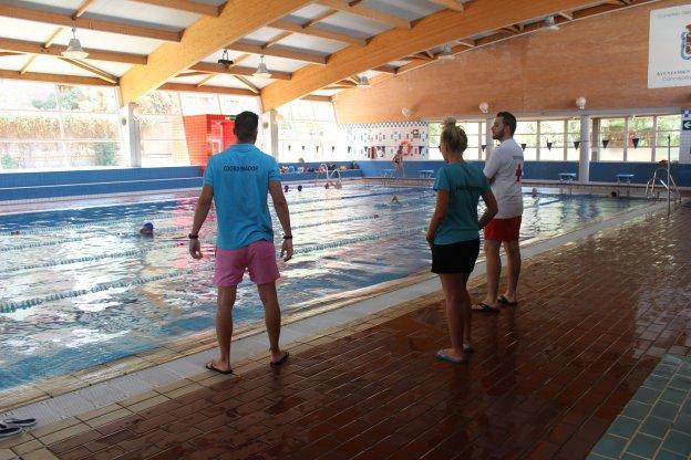 chapuzones en la piscina p blica ideal