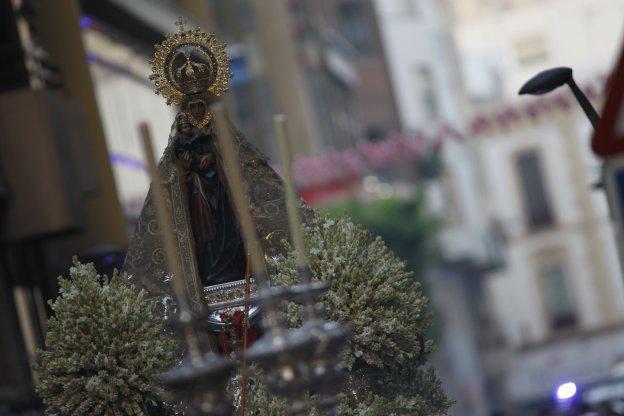 La imagen de la Virgen del Mar, patrona de Almería, a su paso por la calle General Tamayo de la capital almeriense.