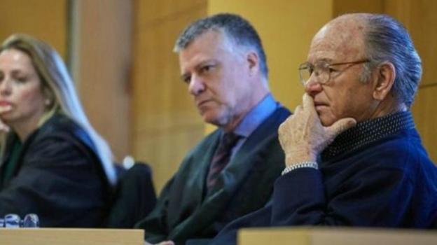 ¿Irá a la cárcel?. Jacinto Siverio (derecha), de 83 años, en la vista oral en la que un tribunal popular de Tenerife le declaró culpable de matar a un asaltante. / EFE