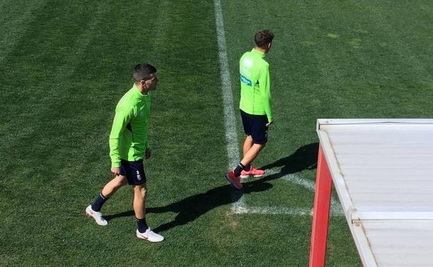 Álex Martínez y Pozo, al salir al césped de la Ciudad Deportiva. /R. L.