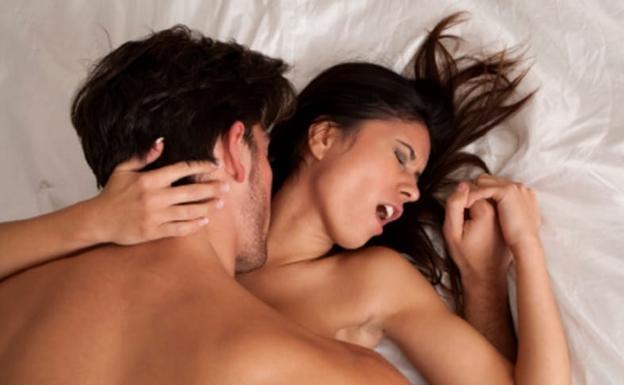 Teniendo relaciones sexuale entre parejas en la cama