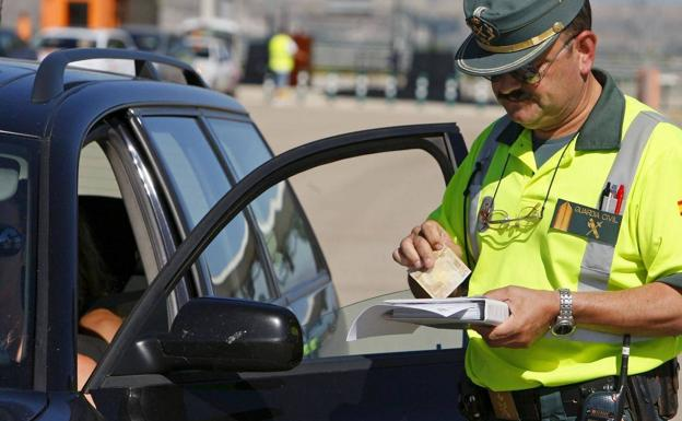 200 euros de multa si la Guardia Civil te ve conduciendo así este verano