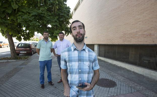 Calos Cobos junto a los tutores de su proyecto, Alberto Guillén y Nicolás Marín./ALFREDO AGUILAR