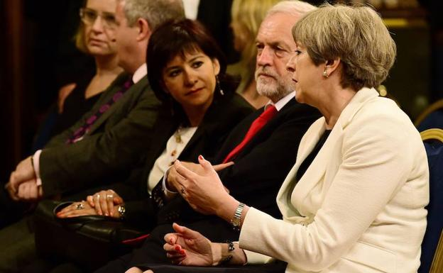 Theresa May sentada junto a Jeremy Corbyn. /AFP