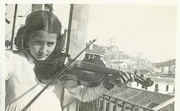 Mariluz Escribano, de niña, con su violín. archivo de la autora.