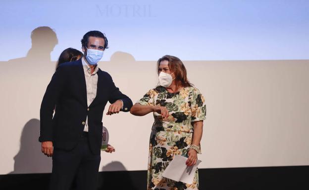Amparto Martos recibe el premio de manos de Jesús Torre, gerente de Comercializadora de Medios de Andalucía.