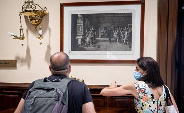 Lámina de Maura y Montaner de una obra de Eduardo Rosales en la sala que distribuye las estancias nobles del Ayuntamiento.