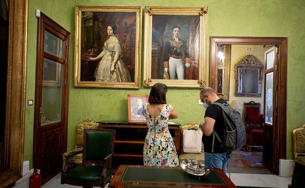 Retratos de Isabel II y Alfonso XII de Federico Madrazo, el primero copia de Contreras, en la Sala de la Mariana.