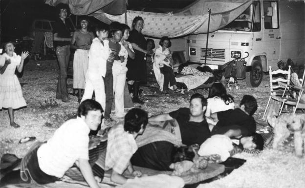 Varios granadinos, tumbados en la calle tras un seísmo en 1979.