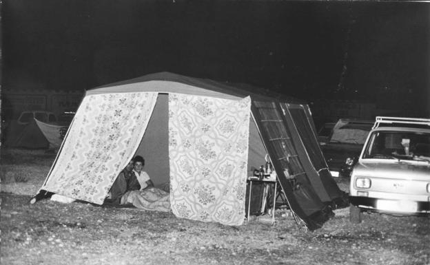La gente acampaba en la calle ante el temor provocado por los seísmos.