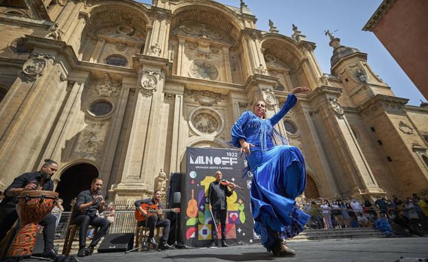 Jara Heredia actuando en la plaza de las Pasiegas en el Festival Milnoff.