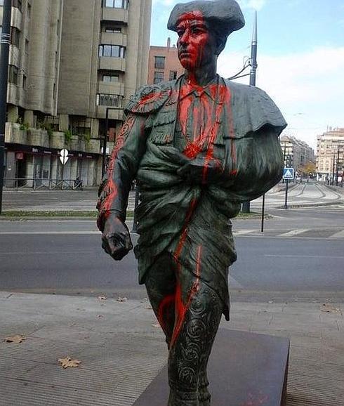 La figura, pintada de rojo. /