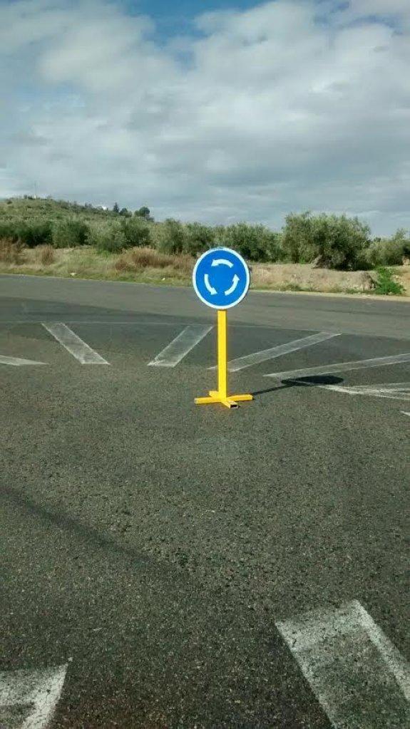 Cruce de reproches por la rotonda minimalista de Las Fuentezuelas ...