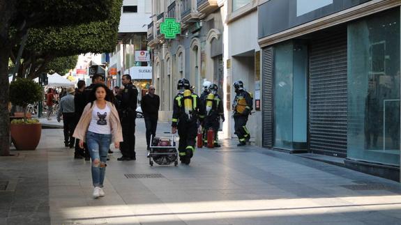 Se incendia la cuarta planta de un edificio en el Paseo de Almería ...